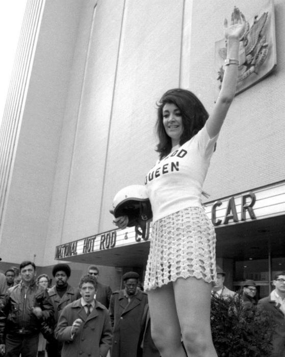 Дарлин Ларсон позирует у New York Coliseum в 1969 году.