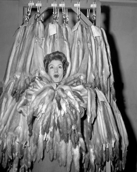 Актриса Джулия Мид утопает в мехах норки в West Side Fur Company.