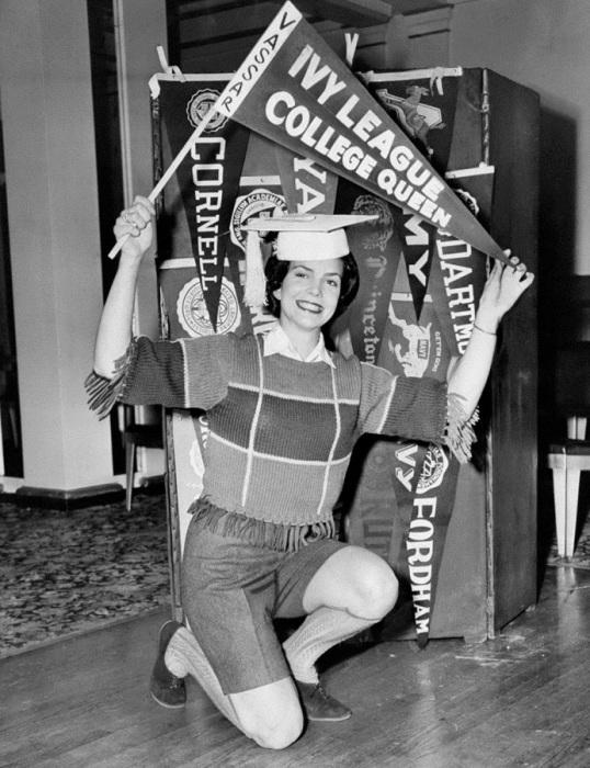 Джуди Макгуайр, первокурсница Колледжа Вассара, стала королевой Лиги плюща в 1960 году.