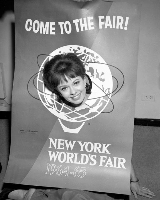 Энн МакКеон, Королева Всемирной выставки 1964, с афишей шоу.