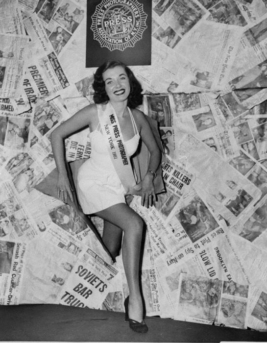 Джейн Вурстер, Королева Press Photographers Association, позирует в отеле Vanderbilt, 1951 год.