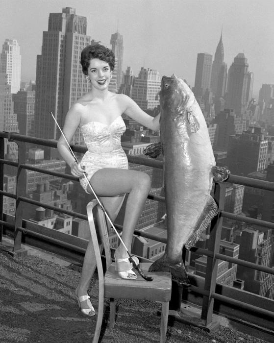 Королева Гейл Хупер из Мемфиса, держит 25-килограммовую рыбину в одном из отелей Нью-Йорка.
