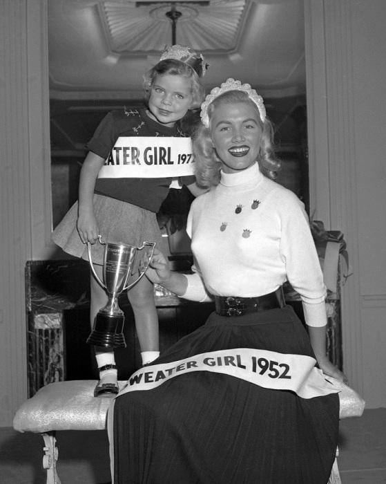 В1952 году Жанна Дэвис из Алабамы выиграла ежегодный конкурс «Королева свитеров».