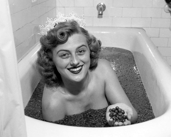 Этель Зильбер из Вайлдвуд, Нью-Джерси, победительница конкурса «Королева черники», нежится в ванне, наполненной черникой.