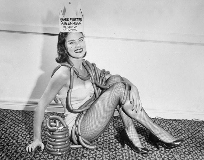 Лорен Коул в колбасных изделиях в отеле Wellington, где комания Hebrew National наградила ее короной королевы сосисок Франкфуртер в 1956 году.