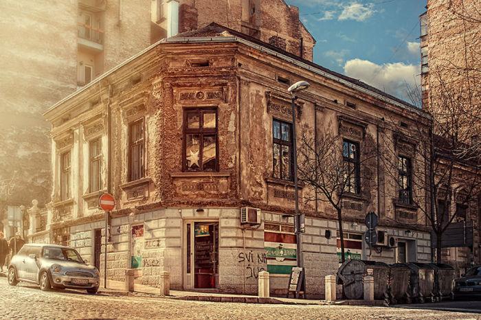 Современное уютное кафе расположилось в старинном здании.