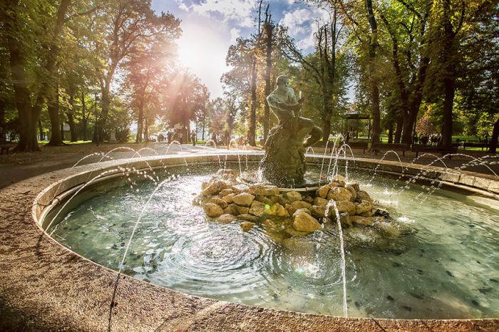 Расположен в центре кольцевого сквера в парке Большой Калемегдан.