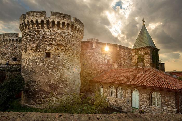 Стены крепости, башни и все другие крепостные постройки выполнены из огромных валунов и красного кирпича.