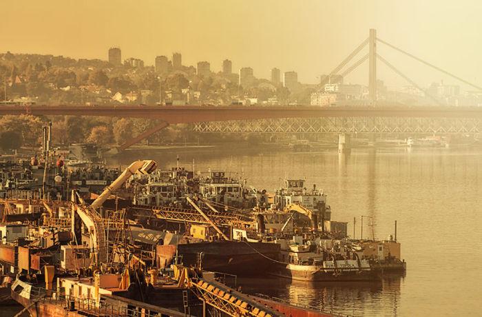 Речное сообщение на Саве и Дунае оставляет желать лучшего, Белград с давних пор отрезан от своих рек и берегов железной дорогой.