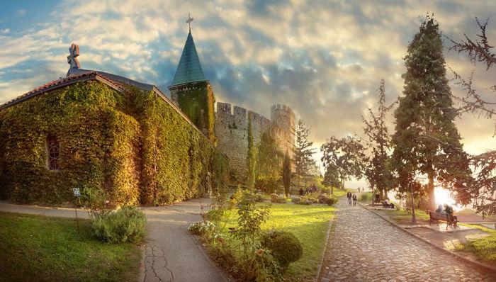 Будучи построенной в тринадцатом веке, она считается древнейшей церковью Белграда.