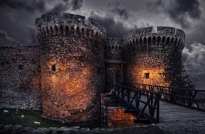 Крепость в одноимённом парке в старой части Белграда, один из важнейших культурно-исторических комплексов.