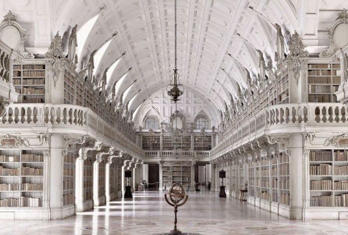 Одно из самых значительных мест Просвещения в Европе, имеет в своем фонде порядка 36 тысяч томов.