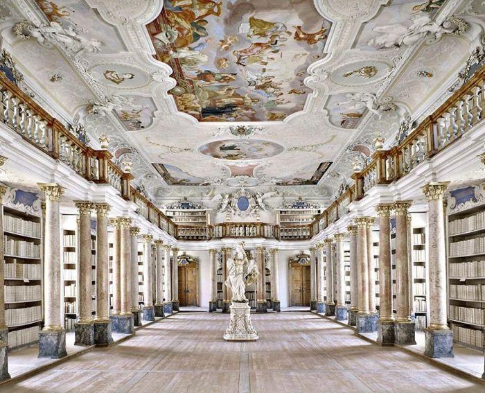 Располагается в самом большом и роскошном монастырском комплексе Бенедиктинского аббатства Оттобойрен основанном в 764 г.