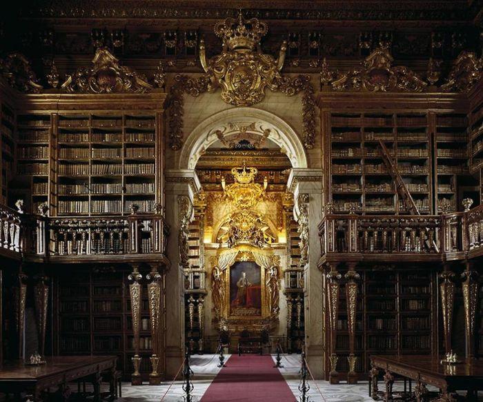 Была построена благодаря стараниям короля Португалии Жуана V и может по праву считаться одной из красивейших в мире.