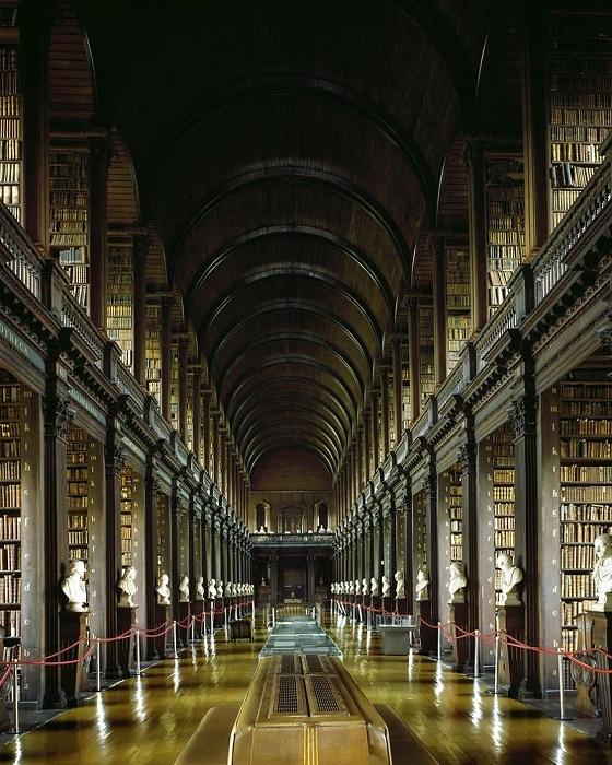 Построена в 1712 - 1732 гг, имеет в фонде одну из самых известных и ценных рукописей в истории человечества Келлскую книгу, написанную около 1200 лет назад.