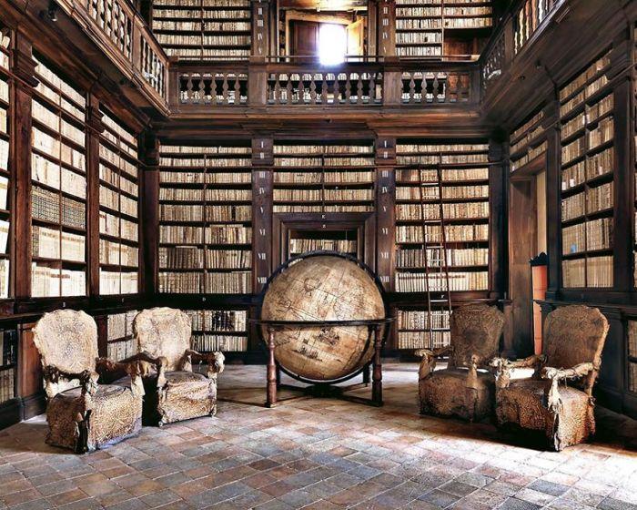 Древние книги и большой глобус XVIII столетия находится во дворце Приоров на Пьяцца дель Пополо.
