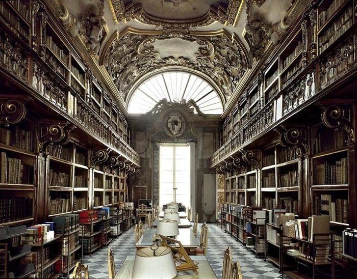 Основана в 1600 году Риккардо Риккарди, как личная библиотека его семьи, для публичного доступа открыта с 1715 г.