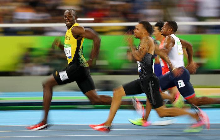 Лидер, вырвавшись вперед, успел посмотреть на отстающих, но не сдающихся бегунов.