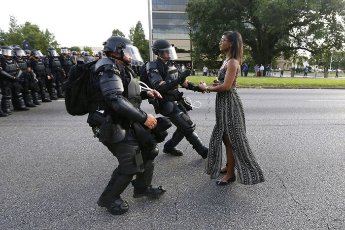 Полиция задерживают 35-летнюю Лешию Эванс на акции против полицейского насилия в городе Батон-Руж, штат Луизиана.