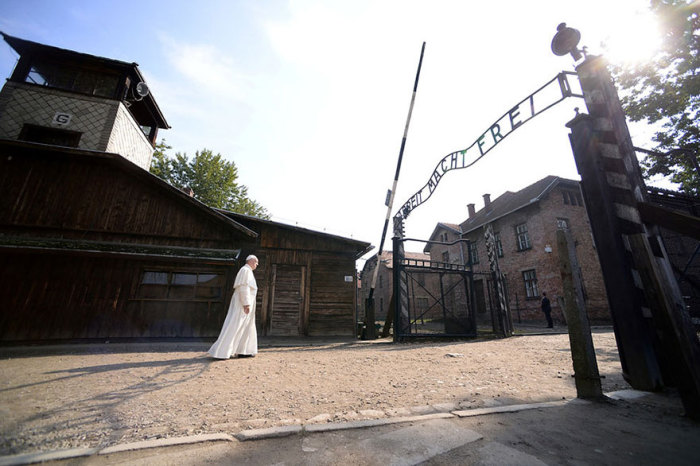 Папа римский Франциск посетил лагерь смерти Освенцим.