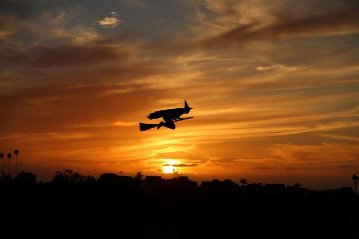 Летательный аппарат в виде ведьмы на метле на дистанционном управлении, пролетающий в Энсинитасе, городе в округе Сан-Диего, штат Калифорния.