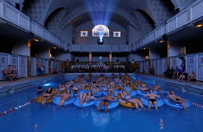 Огромное количество людей в бане просматривают фильм Спилберга «Челюсти», во время Европейского фестиваля фантастических фильмов, который проходил в Страсбурге, Франция.