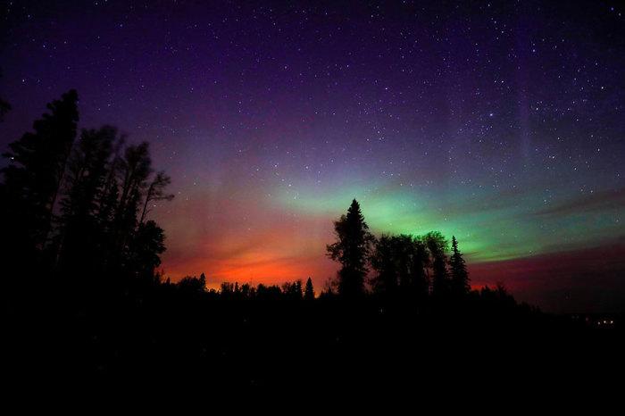 Огненные блики света недалеко от Форт Мак-Мюррея, Канада.