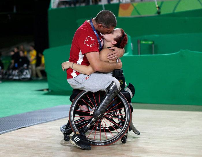 Игрок сборной Канады по баскетболу Адам Лянча целует от радости свою жену Джейми Джевеллс после того, как ее команда победила в соревновании в Рио-де-Жанейро.