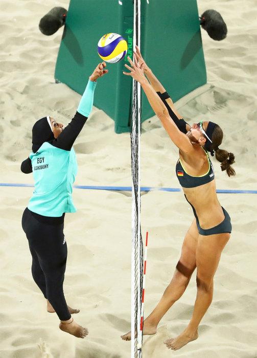 Олимпиада в Рио продолжается - соревнование женских команд по волейболу.