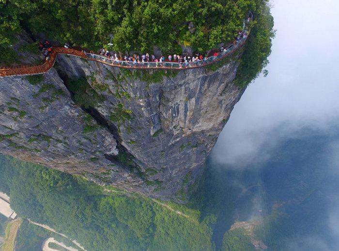 Туристы проходят смотровую площадку в Чжанцзяцзе, провинция Хунань, Китай.