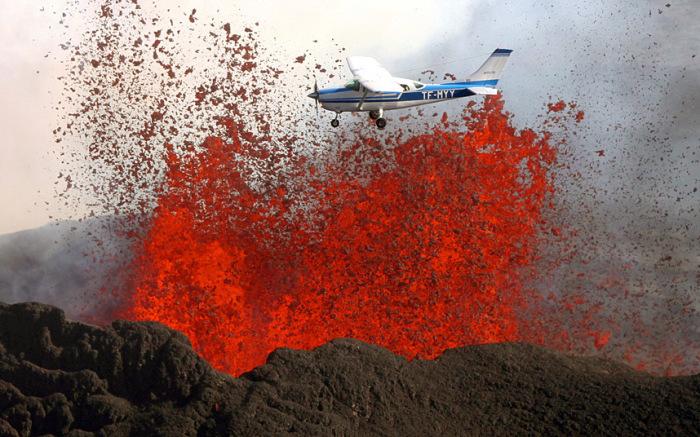 Безрассудно смелый пилот пролетает над вулканом в Исландии, извергающем раскалённую лаву.