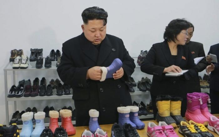 Визит северокорейского лидера Ким Чен Ына на обувную фабрику в Пхеньяне.