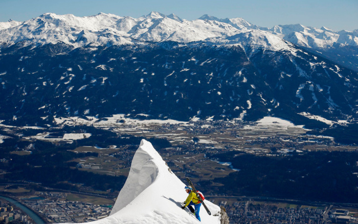 Альпинист совершает восхождение на вершину горы Зеегрубе недалеко от Инсбрука, Австрия.