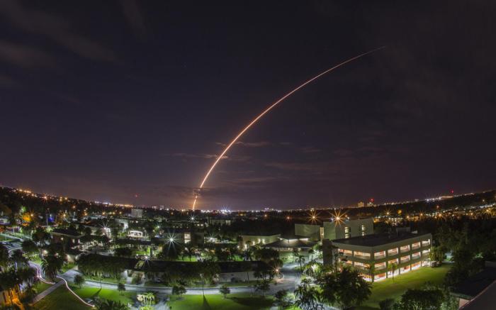 Запуск ракеты-носителя «Атлас-5» с базы ВВС США на мысе Канаверал во Флориде.