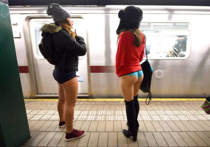Участницы акции «В метро без штанов» в Нью-Йоркском метрополитене.