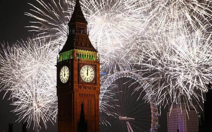 Фейерверки взрываются в небе над Лондоном в новогоднюю ночь, 1 января 2015 года.