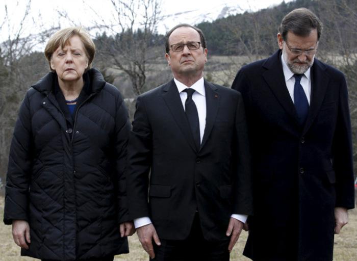 Канцлер Германии Ангела Меркель, президент Франции Франсуа Олланд и председатель правительства Испании Мариано Рахой отдают дань памяти жертвам крушения самолёта Airbus A320 во французской коммуне Сен на следующий день после катастрофы.