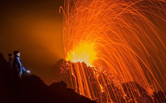 Извержение вулкана Питон-де-ла-Фурнез на острове Реюньон в Индийском океане.