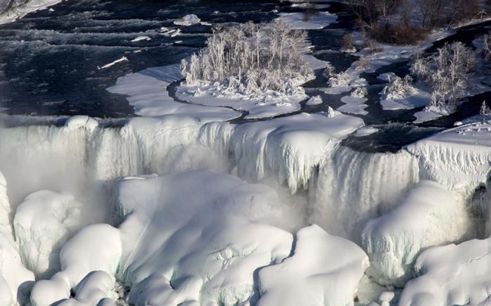 Скованные льдом Ниагарские водопады в Онтарио, Канада.