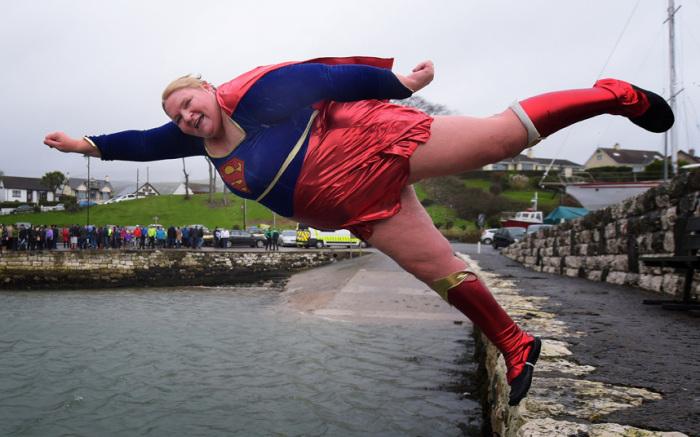 Участница ежегодного благотворительного новогоднего моржевания в заливе Карнлау у берегов Северной Ирландии.