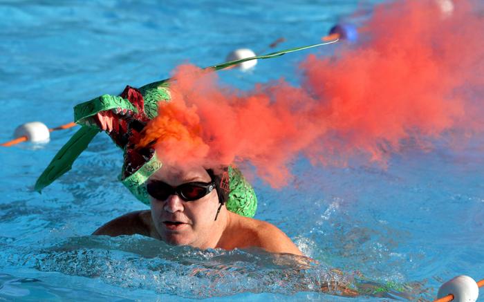 Участник 6-го Чемпионата Великобритании по зимнему плаванию в бассейне Tooting Bec Lido в Лондоне.