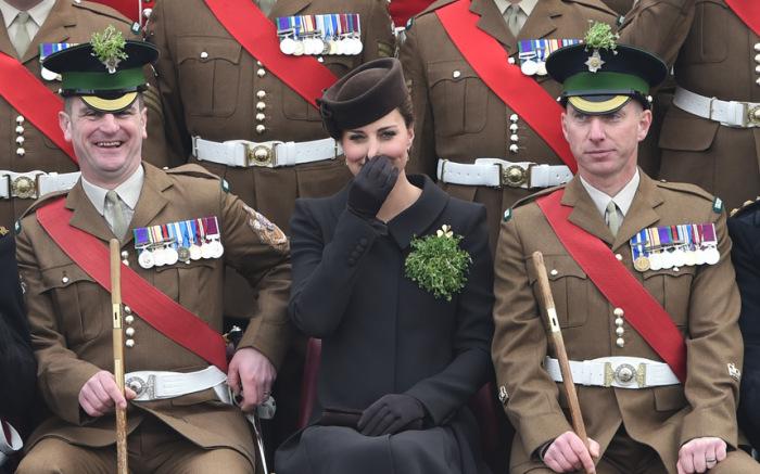 Кэтрин, герцогиня Кембриджская, на параде в честь Дня святого Патрика в городе Олдершот, графство Хэмпшир, Англия.