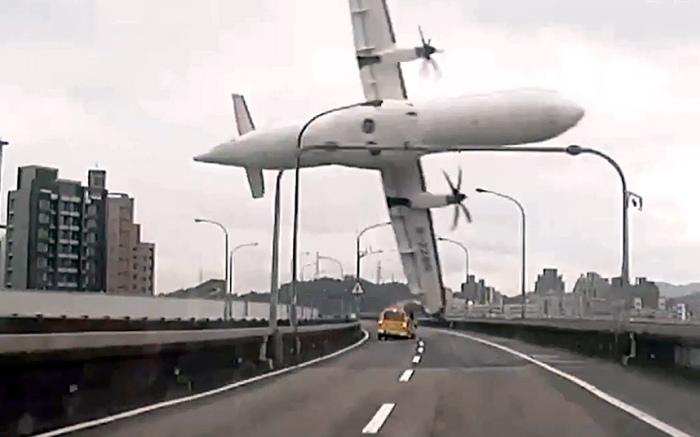Самолёт компании TranAsia за несколько секунд до падения в реку в Тайбэе. На борту рейса GE235 находились 58 пассажиров и членов экипажа, не менее 35 из которых погибли.