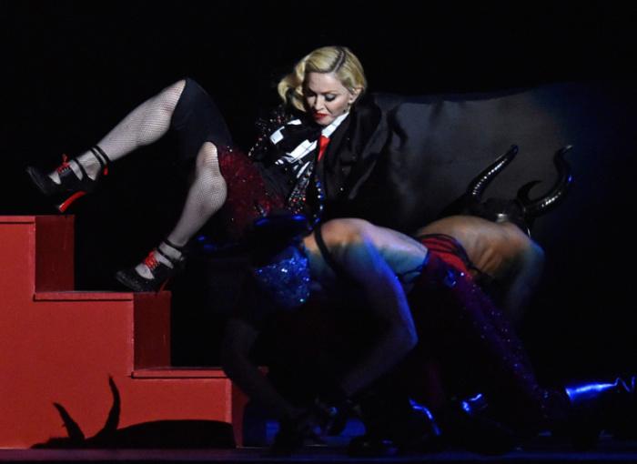 Мадонна упала во время своего выступления на церемонии вручения музыкальных наград BRIT Awards на арене «O2 Arena» в Лондоне.