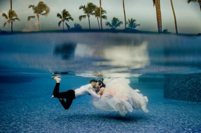 Свадебный подводный поцелуй. Свадебный фотограф: Dina Chmut.