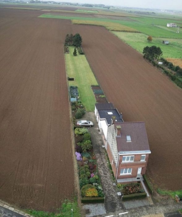 Частный дом посреди распаханного поля.