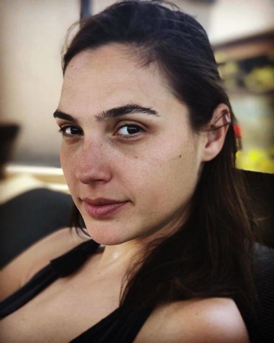 Веснушки, ухоженные брови и милая улыбка – израильская красавица показала, как выглядит без макияжа после бессонной ночи.