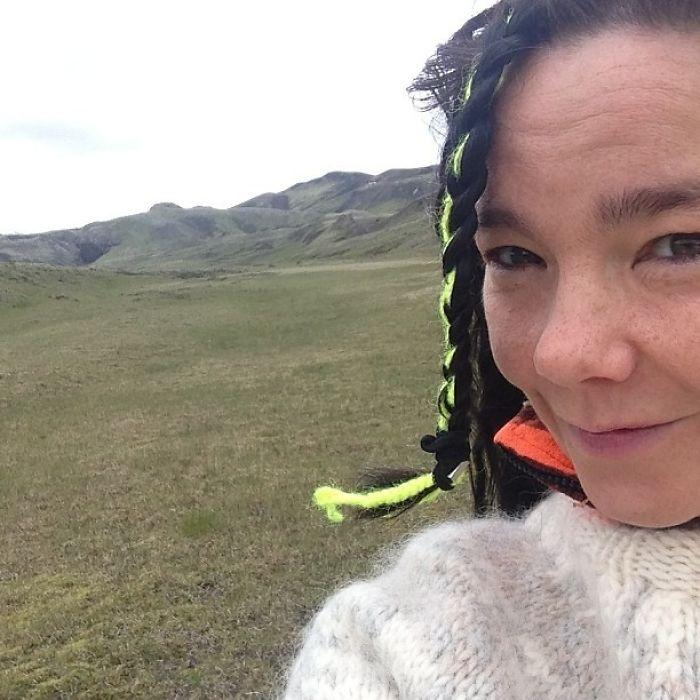 Без косметики исландская певица имеет самую обычную внешность.