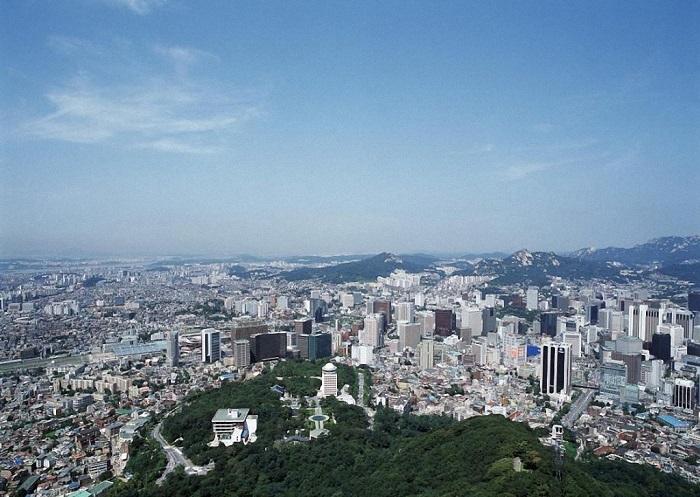 4-ю позицию рейтинга занимает мегаполис, расположенный на берегах реки Ханган, с населением в количестве более 25,3 миллиона человек.