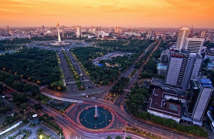 В перенаселенной столице Индонезии, занимающей 3-е место среди самых больших городов, проживает 25,4 миллиона человек.
